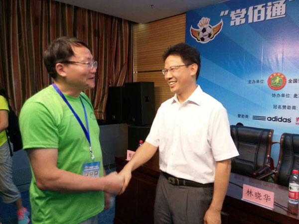 中国足协副主席林晓华(右)接见湖南现代科文体育产业股份公司董事长彭坚(左)