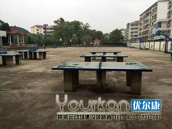 篮球场边的乒乓球台